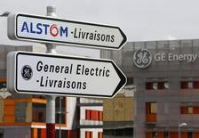 La conseil d'administration d'Alstom a choisi mardi soir d'accepter l'offre de General Electric pour le rachat de ses activités d'énergie et de la soumettre à un comité indépendant, selon deux sources proches du dossier. Alstom a toutefois décidé de ne pas entrer en négociations exclusives avec le groupe américain, se laissant ainsi des marges de manoeuvre pour examiner d'autres offres qui pourraient lui être présentée, notamment de Siemens. /Photo prise le 27 avril 2014/REUTERS/Vincent Kessler
