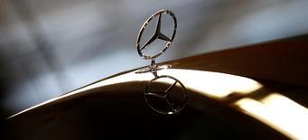 Daimler a plus que doublé son bénéfice opérationnel ajusté au premier trimestre à la faveur d'un rebond des ventes de sa division automobile Mercedes-Benz. Le bénéfice avant intérêts et impôts (Ebit) des activités poursuivies a atteint 2,07 milliards d'euros sur ces trois mois contre 949 millions un an plus tôt.  /Photo prise le 24 janvier 2014/REUTERS/Michaela Rehle