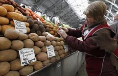 Женщина продает картофель на рынке в Санкт-Петербурге 5 апреля 2012 года. Потребительские цены в РФ за период с 22 по 28 апреля 2014 года выросли на 0,2 процента, сохранив динамику роста предыдущих 12 недель, сообщил Росстат. REUTERS/Alexander Demianchuk