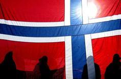 Зрители за флагом Норвегии на лыжной гонке на 15 километров на чемпионате мира в Валь-ди-Фьемме 18 февраля 2003 года. Суверенный фонд благосостояния нефтедобывающей Норвегии, скопивший $860 миллиардов, воздерживается от новых инвестиций в Россию из-за конфликта вокруг Украины, сообщил в среду управляющий. Kieran Doherty / Reuters