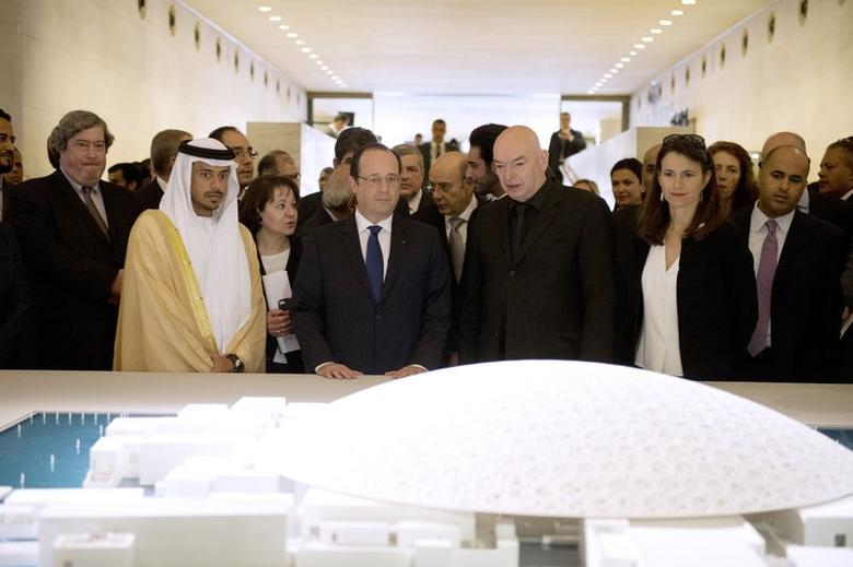French President Francois Hollande (C), Sheikh Sultan Bin Tahnoon Al Nahyan (2ndL), president of the Abou Dhabi authority for tourism and culture, French architect Jean Nouvel (3rdR), and French Culture Minister Aurelie Filippetti (2ndR) look at a model of the new Abu Dhabi Louvre Museum as they visit the exhibition ''Birth of a museum'', at the Louvre museum in Paris April 29, 2014.  REUTERS/Alain Jocard/Pool