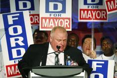 Le maire de Toronto Rob Ford, qui a fait scandale l'an dernier en reconnaissant avoir fumé du crack et en apparaissant ivre dans des vidéos, va faire une pause dans ses fonctions pour tenter de régler ses problèmes d'addiction à l'alcool. Cette décision intervient au moment où une nouvelle vidéo montre le maire conservateur en train de fumer à nouveau ce qui semble être du crack. /Photo prise le 17 avril 2014/REUTERS/Mark Blinch