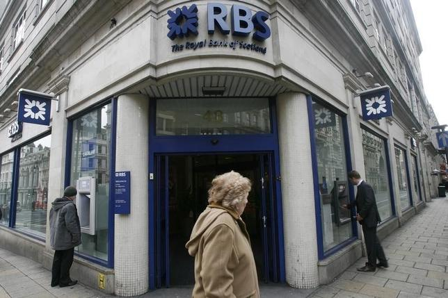 A pedestrian walks past a branch of the Royal Bank of Scotland (RBS) in central London January 19, 2009. REUTERS/Andrew Winning