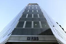 Royal Bank of Scotland (RBS) fait état vendredi d'un bénéfice net au titre du premier trimestre 2014 multiplié par trois à 1,2 milliard de livres (1,46 milliard d'euros) grâce à un meilleur contrôle des coûts et à une baisse des charges de dépréciation. /Photo prise le 28 janvier 2014/REUTERS/Paul Hackett