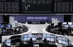 Les marchés d'actions européens sont stables à la mi-séance, à l'exception de la Bourse de Paris où les fortes baisses affichées par BNP Paribas et Carrefour pénalisent la cote. À Paris, le CAC 40 cède 0,33% à 4.472,36 points vers 10h15 GMT. Francfort recule de 0,02% mais Londres prend 0,12%. L'indice EuroStoxx 50 perd 0,23%. /Photo prise le 2 mai 2014/REUTERS/Remote