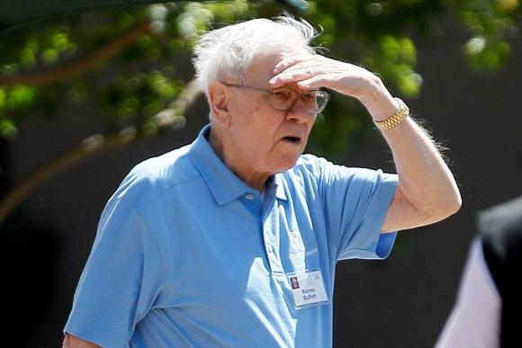 Warren Buffet, CEO of Berkshire Hathaway, leaves the first session of the annual Allen and Co. conference at the Sun Valley, Idaho Resort July 10, 2013.  REUTERS/Rick Wilking/Files