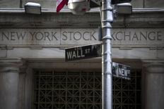 Wall Street près de ses records historiques et les rendements de la dette du Trésor américain à des plus bas de plusieurs années reflètent les divergences entre les investisseurs en actions et en obligations concernant l'avenir de l'économie américaine.. /Photo prise le 4 février 2014/REUTERS/Brendan McDermid