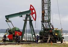 Нефтяной станок-качалка близ Гаваны 10 июня 2011 года. Нефть Brent снизилась в понедельник после выхода новых данных, показавших, что производственный сектор Китая сократился в апреле четвертый месяц подряд, однако усиление напряжения не Украине ограничивает потери. REUTERS/Enrique De La Osa