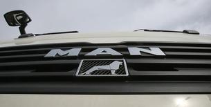 Логотип MAN AG на грузовике в Мюнхене 17 ноября 2006 года. Немецкий производитель грузовиков MAN SE вновь стал прибыльным в первом квартале 2014 года благодаря повышению спроса в увидевшей первые признаки экономического восстановления Европе. REUTERS/Michael Dalder