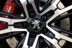 PSA Peugeot Citroën se replie de 4,11% à la Bourse de Paris à la mi-séance dans des volumes représentant 1,2 fois leur moyenne quotidienne des trois derniers mois, le constructeur automobile souffrant d'un retour des ventes à découvert. Le CAC 40 de son côté perd 1,06% à 4.411,12 points vers 12h15. /Photo prise le 14 avril 2014/REUTERS/Benoît Tessier