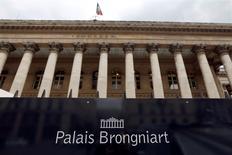 Les Bourses européennes évoluent en nette baisse lundi à la mi-séance. À Paris, le CAC 40 perd 1,1%  à 4.409,17 points vers 10h45 GMT. À Francfort, le Dax recule de 1,38%.  L'indice EuroStoxx 50 abandonne 1,32% dans des volumes inférieurs à la moyenne en raison de la clôture des marchés d'actions londoniens. /Photo d'archives/REUTERS/Charles Platiau