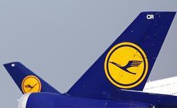 Самолеты авиакомпании Lufthansa в аэропорту Франкфурта-на-Майне 6 мая 2013 года. Крупнейшая немецкая авиакомпания Lufthansa объявила во вторник о сокращении квартального убытка благодаря программе реструктуризации и снижению цен на авиатопливо, однако показатель все равно оказался хуже ожиданий рынка. REUTERS/Lisi Niesner