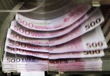 Les crédits aux entreprises non financières ont accusé une quasi stagnation en mars en France avec un taux de progression annuel limité à 0,1%, après des croissances de 0,5% en février et de 0,3% en janvier, selon les données brutes de la Banque de France. /Photo d'archives/REUTERS/Thierry Roge
