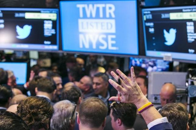 A trader raises his hand just before the Twitter Inc. IPO begins on the floor of the New York Stock Exchange in New York, November 7, 2013. REUTERS/Lucas Jackson/Files