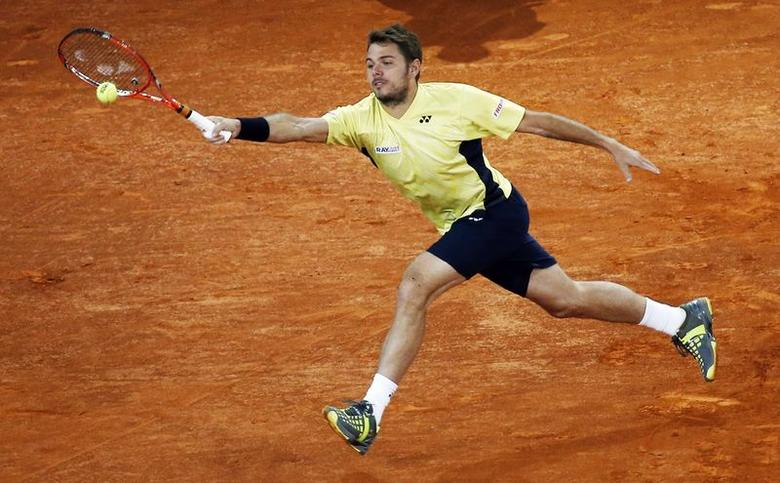 Stanislas Wawrinka of Switzerland returns the ball to Dominic Thiem of Austria during their match at the Madrid Open tennis tournament May 6, 2014. REUTER/Susana Vera
