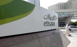 Etisalat s'attend à boucler l'acquisition de Maroc Telecom auprès de Vivendi mercredi prochain. Vivendi a annoncé début novembre un accord définitif avec Etisalat sur la vente de ses 53% dans l'opérateur Maroc Telecom pour 4,2 milliards d'euros. /Photo d'archives/REUTERS/Jumana El Heloueh