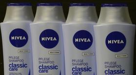 Шампуни Nivea, Гамбург, 31 октября 2012 года. Немецкая компания Beiersdorf сообщила в четверг о 9-процентном росте операционной прибыли в первом квартале за счет высокого спроса на развивающихся рынках и в Европе. REUTERS/Fabian Bimmer