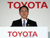 Le président de Toyota, Akio Toyoda. Le premier constructeur automoble mondial s'attend à voir ses bénéfices décliner sur l'exercice 2014-2015 en raison notamment du ralentissement prévisible de la baisse du yen. /Photo prise le 8 mai 2014/REUTERS/Toru Hanai