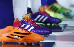 Adidas pourrait ne pas atteindre certains de ses objectifs fixés pour 2015 en raison notamment de la faiblesse de la croissance en Europe et des effets de change, a déclaré jeudi le président du directoire du groupe allemand. /Photo prise le 8 mai 2014/     REUTERS/Michaela Rehle