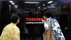 Покупатели у телевизора Toshiba Regza в магазине в Иокогаме 25 июня 2013 года. Японский концерн Toshiba Corp ждет роста операционной прибыли в текущем финансовом году на 14 процентов до рекордных значений, рассчитывая на хорошие продажи электросетевого оборудования и микросхем флэш-памяти. REUTERS/Toru Hanai