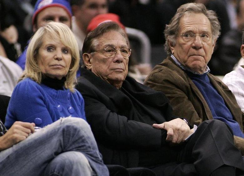 Los Angeles Clippers owner Donald Sterling (C), his wife Shelly (L) and actor George Segal attend the NBA basketball game between the Toronto Raptors and the Los Angeles Clippers at the Staples Center in Los Angeles, December 22, 2008. REUTERS/Danny Moloshok