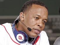 Le rappeur américain Dr. Dre et un casque audio de Beats Electronics. Apple serait près de racheter l'entreprise, aussi propriétaire d'un service de streaming, pour 3,2 milliards de dollars (2,3 milliards d'euros). /Photo d'archives/REUTERS/Adam Hunger