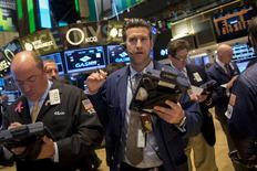 Wall Street a ouvert sur une note stable vendredi, l'indice S&P-500 s'apprêtant à afficher un léger recul sur la semaine et le Nasdaq à accuser sa plus nette baisse hebdomadaire en quatre semaines.  Dans les premiers échanges, le Dow Jones gagne 0,03%, le S&P-500 recule de 0,11% et le Nasdaq cède 0,2%. /Photo prise le 8 mai 2014/REUTERS/Brendan McDermid