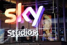 British Sky Broadcasting Group (BSkyB) a engagé des négociations avec la 21st Century Fox de Rupert Murdoch, son premier actionnaire, en vue de l'acquisition éventuelle de ses filiales de télévision payante allemande et italienne, Sky Deutschland et Sky Italia. /Photo d'archives/REUTERS/Luke MacGregor