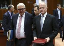 Министр иностранных дел Германии Франк-Вальтер Штайнмайер (слева) и его британский коллега Уильям Хейг на встрече глав МИД стран ЕС в Брюсселе 12 мая 2014 года. Министры иностранных дел ЕС расширили санкции против России в понедельник, добавив в него две крымские компании и 13 человек, сказали европейские дипломаты. REUTERS/Francois Lenoir