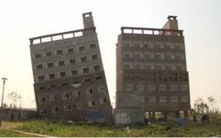 5月12日、韓国の忠清南道牙山市で、建設中の7階建てビルが約20度傾き、倒壊の危険が高まっている。写真はビデオ映像から(2014年 ロイター)