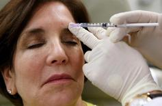 Injection de botox. Valeant Pharmaceuticals International a déclaré mardi qu'il comptait améliorer son offre de 47 milliards de dollars (34,14 milliards d'euros) sur le fabricant de l'antirides Botox, Allergan, qui avait rejeté sa proposition la veille. /Photo d'archives/REUTERS/Mike Segar