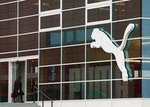 Женщина заходит в штаб-квартиру Puma в Херцогенаурахе 20 февраля 2014 года. Немецкий производитель спортивных товаров Puma SE объявил в среду об ожидаемом падении квартальных показателей и скорректировал прогноз рентабельности в 2014 году из-за нестабильных валютных курсов. REUTERS/Michaela Rehle