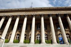 Les Bourses européennes étaient en léger recul mercredi vers la mi-séance, marquant une pause après un mouvement haussier de deux mois qui a vu nombre d'indices atteindre des pics de plusieurs années, notamment portés par la perspective de voir la Banque centrale européenne (BCE) prendre des mesures de soutien à l'économie. Vers 12h45, le CAC 40 perd 0,16% à  Paris, le Dax cède 0,17% à Francfort et le FTSE abandonne 0,16% à Londres. /Photo d'archives/REUTERS/Charles Platiau