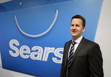 Le PDG de Sears Doug Campbell. Le groupe veut vendre sa participation de 51% dans sa filiale Sears Canada ou mettre en vente la chaîne canadienne de grands magasins. /Photo prise le 24 avril 2014/REUTERS/Aaron Harris