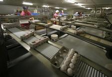 Les prix à la production aux Etats-Unis ont enregistré en avril leur plus forte progression (+0,6%) depuis un an et demi en raison de la hausse des prix des produits alimentaires et de ceux des services, selon les statistiques publiées mercredi par le département du Travail.  /Photo d'archives/REUTERS/Mike Blake