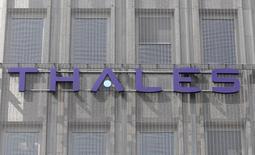 Le PDG de Thales envisage des acquisitions pour renforcer son pôle de signalisation ferroviaire, l'un des secteurs d'activité d'Alstom, mais précise ne pas avoir été impliqué par Bercy sur l'avenir du groupe convoité par General Electric. /Photo d'archives/REUTERS/Charles Platiau