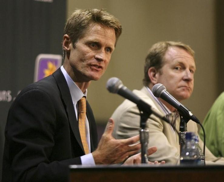 Steve Kerr (L) speaks after being named as Phoenix Suns President of Basketball Operations and General Manager during a news conference in Phoenix, Arizona, June 6, 2007. REUTERS/Rick Scuteri