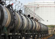 Цистерны на нефтяном терминале Роснефти в Архангельске 30 мая 2007 года. Цены на нефть Brent держатся вблизи трехнедельного максимума выше $110 за баррель на фоне продолжающегося кризиса на Украине. REUTERS/Sergei Karpukhin