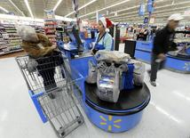 Wal-Mart Stores a vu son bénéfice net reculer de 5% au premier trimestre, l'hiver rigoureux qui a frappé les Etats-Unis ayant pesé sur ses ventes à magasins comparables. /Photo prise le 26 novembre 2013/REUTERS/Kevork Djansezian