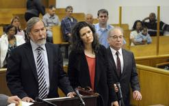 Andrew Bowman (L), attorney for singer Edie Brickell (C) and her husband singer Paul Simon (L), speaks at the Norwalk Superior Court in Norwalk, Connecticut May 16, 2014.   REUTERS/Douglas Healey/Pool