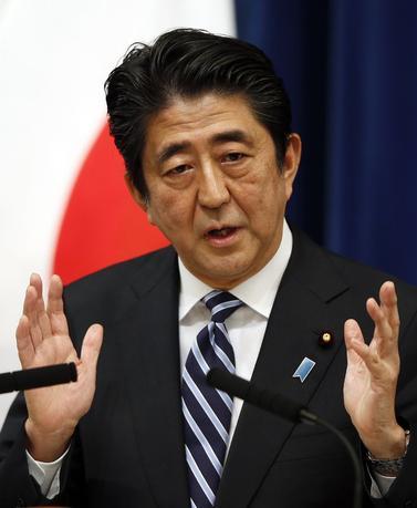 5月16日、著名投資家でヘッジファンドのキニコス・アソシエーツを率いるジム・チャノス氏は、安倍首相は日本を再武装させようとしているとして、アジアで最も危険な人物だと述べた。写真は15日、都内で撮影(2014年 ロイター/Toru Hanai)