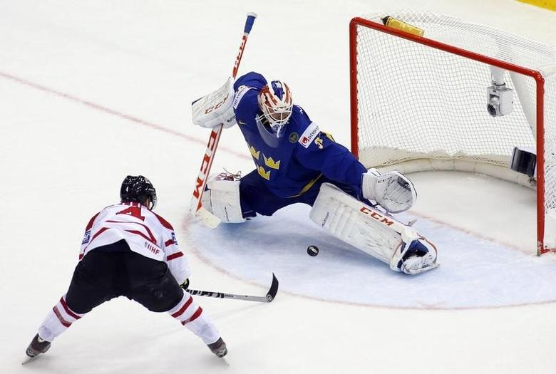 Canada's Ryan Ellis (L) scores past Sweden's goalie Anders Nilsson (R) during the extra time period of their men's ice hockey World Championship Group A game at Chizhovka Arena in Minsk May 18, 2014.  REUTERS/Vasily Fedosenko