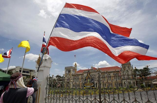 5月19日、 タイ国営企業の労働組合は、反政府の抗議デモ勢力を支持し、22日からストライキに突入する方針を明らかにした。写真は17日、バンコクでタイ国旗を掲げる反政府デモ参加者(2014年 ロイター/Chaiwat Subprasom)
