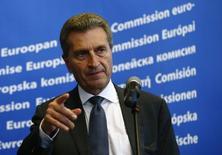 Еврокомиссар по энергетике Гюнтер Эттингер на пресс-конференции в Варшаве 2 мая 2014 года. Еврокомиссар по энергетике Гюнтер Эттингер говорит, что цена на российский газ для Украины на апрель, май и июнь 2014 года все еще является предметом переговоров, в то время как цена на период с ноября 2013 года по март 2014 года пересмотру не подлежит. REUTERS/Kacper Pempel