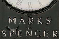 Вывеска у магазина Marks & Spencer в Лондоне, 8 января 2014 года. Крупнейший британский ритейлер одежды Marks & Spencer сообщил во вторник о снижении прибыли третий год кряду. REUTERS/Stefan Wermuth