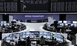 Помещение Франкфуртской фондовой биржи, 20 мая 2014 года. Европейские фондовые рынки снижаются после выхода слабых квартальных показателей оператора мобильной связи Vodafone. REUTERS/Remote/Stringer