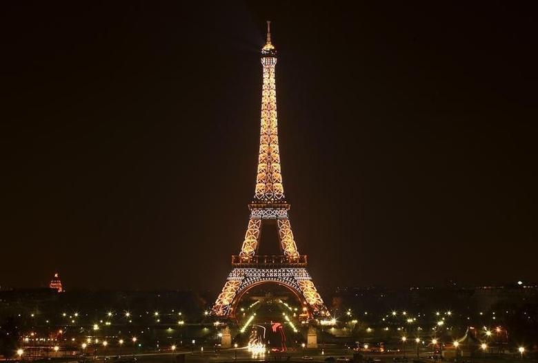General view of the Eiffel Tower, illuminated at night in Paris March 27, 2007. REUTERS/Heinz-Peter Bader