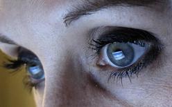 Facebook est en train d'étendre ses services de publicité en vidéo pour permettre aux annonceurs de diffuser des spots en visant ses utilisateurs en France, en Grande-Bretagne et dans cinq autres pays, a déclaré le groupe américain à Reuters. /Photo d'archives/REUTERS/Michael Dalder