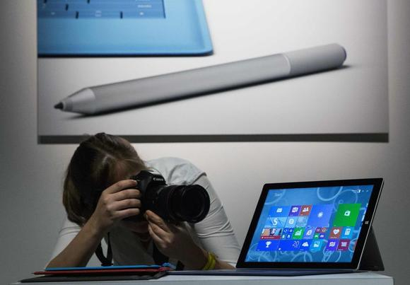 An attendee photographs the new Microsoft Surface Pro 3, during the event in New York May 20, 2014.  REUTERS/Brendan McDermid