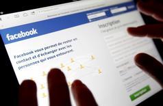 Imagen de archivo del sitio web Facebook visto en un iPad en Bordeaux, Francia, ene 30 2013. Facebook Inc está expandiendo su servicio de publicidad por video, lo que permitirá a los anunciantes mostrar comerciales como los transmitidos por televisión a los usuarios de la red social en Gran Bretaña, Brasil y otros cinco países, dijo la empresa a Reuters.  REUTERS/Regis Duvignau